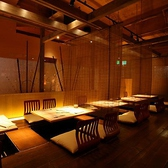 4名がけのテーブルが5個並ぶ小上がり席(掘りごたつ)こちらは、テーブルをつなげて最大28名の実績あり。細身ならもっといけるかも!?