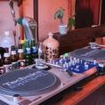 【ターンテーブル】ソファーのテーブルを用意しているので、大人数でご利用いただけます♪おしゃれな店内でパーティーはいかがですか?貸切も10名様から対応していますので、お気軽にご利用ください!色々な音楽を楽しみながらお酒が楽しめます♪