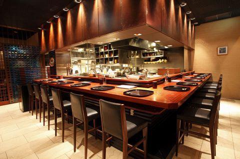 ミッドランドスクエア4Fの本格手打ち蕎麦屋。珍しいオープンキッチンも人気。