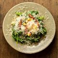 料理メニュー写真サラダほうれん草とカリカリベーコン温玉