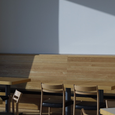 テーブル席は2名様席、4名様席をご用意しております。ご友人とはもちろん、デートなどにも是非ご利用下さい。