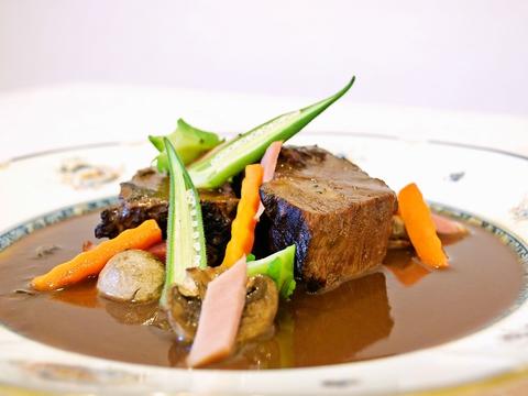 豪華なフランス料理と繊細な和洋折衷の両方楽しめ、老若男女に愛されているお店。