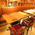 入って左側のテーブル席。後ろには中国の骨董品が並びます。