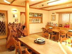 統一された木の温もりのある空間でお食事をお楽しみください。  4名様以上のご予約のみとなっております。