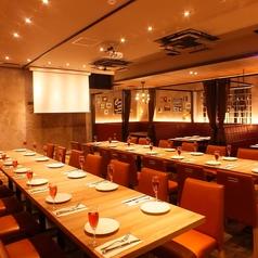 【店内オープン席】オシャレなデザイナーズダイニングフロア♪広いテーブルで料理も食べやすい。女子会やデートに人気スポット♪ 誕生日サプライズも盛り上がる♪プロジェクター完備
