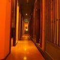 木張りの廊下は、隠れ道を抜けるかのよう…