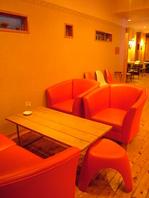 一番人気のキャッチャーな赤のソファ