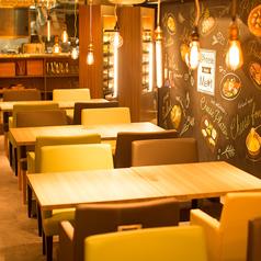 テーブル席は2名様~!横浜で飲むときは是非☆Cheese Meets Meat☆で♪スタッフ一同お待ちしております♪