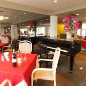 フロア真ん中にはグランドピアノがあります♪