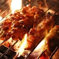 地鶏焼きは朝引きの地鶏を職人が紀州備長炭で時間をかけてゆっくりと焼き上げます!豊かな炭の香りが地鶏本来の美味しさをより引き立てます♪一口頬張れば極上の旨味が広がりますよ♪