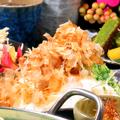 料理メニュー写真オニオンスライス 鰹節と卵黄乗せ