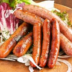 料理メニュー写真ソーセージの盛り合わせ (パセリ、チーズ、チョリソー)