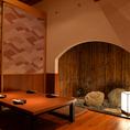 間接照明が雰囲気を出す癒しの個室空間。
