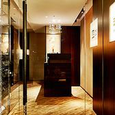 お店のエントランスは、高級料理店の雰囲気を醸しだすデザインとなっています。