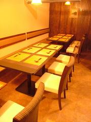 奥のテーブル席。最大で14名様が一列で着席可能(ゆったりと着席して10名程度)。人数に応じて隣席との間に間仕切り致します。
