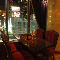 窓際の眺めの良いお席もご用意。デートや女子会にテーブル席をご用意つなげて16名様の席にもできます
