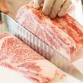 """焼肉一筋の料理長の成せる技!肉の切り方で味が変わる""""よく言いますが本当にかわります。肉の硬さやサシにあわせて、食べやすく最も美味しいと感じるように、部位によって厚さや切り方を変えて提供します。焼肉一筋の料理長が研究を重ねた切り方でご提供します。"""