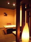 半個室タイプのお席。2名から4名、そして壁が可動式なので最大10名程度までOKです。