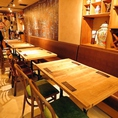 入って右側のテーブル席。大きい黒板にはゆるいキャラクターが書かれています。餃子マニアのお店はどこに行ってもこのキャラクターがお店に描かれています。