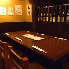 2名様~4名様でご利用いただけるテーブル席は、少人数のお集まりにオススメです。こだわり食材を使ったお料理を多数ご用意しておりますので、全国各地から取り寄せた本格焼酎や日本酒とともにご賞味ください。きっと至福の時間をお過しいただけます。