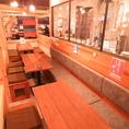 最大3名様が横並びに座れ、対面で6名様でご利用いただけるテーブル席。ちょっとした集まりにも!