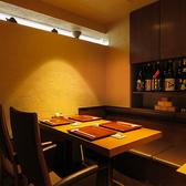 【2階】洗練された上質な個室をご用意致しております。こちらのお席は2名様~4名様までご利用頂けます。落ち着きある空間で、当店自慢の和食料理をご堪能ください。また、種類豊富な日本酒もございます。ぜひ料理とご一緒にご賞味くださいませ。