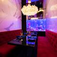 【 VIP個室 完全個室シート(4~6名)】JeMare 新宿南口店では完全なプライベート空間としてVIP個室をご用意。エレガントなシャンデリアや目の前の水槽を独り占めできる贅沢でまさにVIPな仕様となっております。ゆったりとご利用頂ける広々ソファ座席と大人な暗さの照明がよりリラックスした空間へと昇華させます。