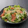 料理メニュー写真アボカドとスモークサーモンのシーザーサラダ