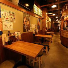 【1階】名物「伝串」を揚げる大鍋の横には、4名様向けと2名様向けのテーブル席がございます。お仕事帰りのお食事や、カップルでのご利用などに最適です。