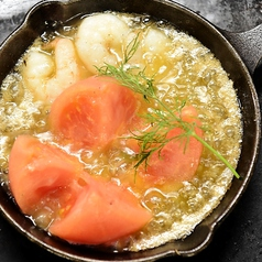 丸ごとトマトと海老のアヒージョ