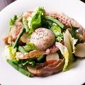料理メニュー写真ベルギー伝統の自家製ベーコンの リエージュ風サラダ