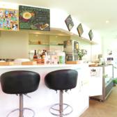 店内はカウンターとテーブルをご用意しております♪開放感あふれる雰囲気の中で美味しいカフェメニューをお楽しみいただけます!