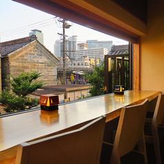 【2階】夜景を愉しめるカウンター席。ディナータイムは天ぷらBARとして、フード付きフリードリンクプランをご用意。