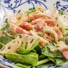 料理メニュー写真厚切りベーコンとほうれん草のサラダ