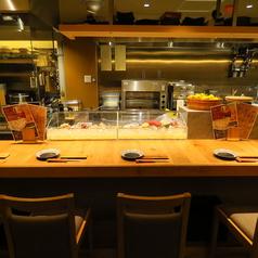 新鮮なネタや調理風景が見れるカウンターは特等席です。気になるネタはスタッフまでお尋ねください。