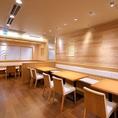 1Fにはテーブル席が40席ございます。同僚や友人とのお食事、お一人様でもお気軽にご利用いただけます。広々とした明るい空間でお食事を楽しめます。