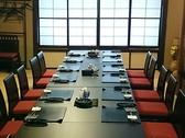 【2F】12名様までご利用いただけるテーブル席です。ご利用シーンに合わせて壁を取り払い、最大26名様までの宴会も可能となっておりますので、お気軽に店舗へお問合せください。