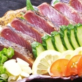 """料理メニュー写真""""藁焼きスモーク""""鰹のタタキ"""