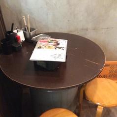 2名様掛けテーブル席です。気軽にさくっと飲み食いできるようなオープンな丸テーブルの席となっております。