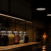 自家製果実酒などが並ぶおしゃれなカウンターはおひとり様でも大歓迎!