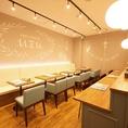 1階ソファー席。UZUのイメージカラー水色を基調としたオシャレ空間で至福の時間どうぞ♪