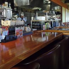 オープンキッチンに面したカウンター席