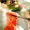 真ん中に仕切りのある特注の鍋でお好みの鍋としゃぶしゃぶを同時にお楽しみ頂けます。