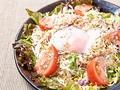 料理メニュー写真鶏そぼろと温玉の焙煎胡麻サラダ