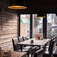 グループでお越しのお客様はテーブル席をご利用下さい。古民家風の建物にアンティークの家具を配置した落ち着いた空間でごゆっくりお過ごしいただけます。