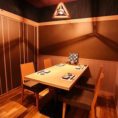 プライベート感たっぷりの完全個室は大人気。こちらのテーブル個室は椅子席になっており、ゆっくりとお寛ぎいただけます。