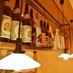 カウンターの上には銘酒や自家製の梅酒がずらり