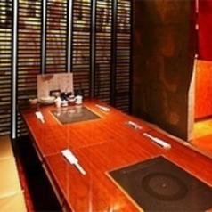 ご家族でのお食事や女子会にもおすすめの半個室席は、足を伸ばして寛げる掘りごたつ席となっております。和の雰囲気が落ち着く店内でごゆっくりとお食事をお楽しみ下さい。