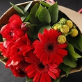 花束も!記念日やお祝いなどに、サプライズはいかがですか?スタッフまでどうぞお気軽にご相談ください。