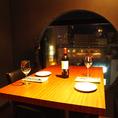夜景が望める窓際のテーブル席は大人気。お電話にてお早目のご予約を。